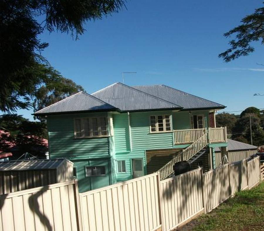 UPSTAIRS 3 BEDROOMS, PRIVATE DECK, CLOSE TO SCHOOLS, SHOPS AND TRANSPORT $430/WK.