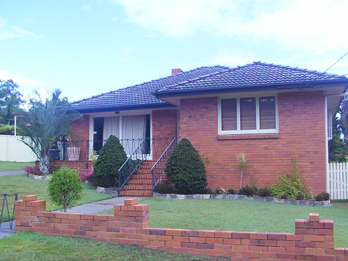 3 BEDROOM, POLISHED TIMBER FLOORS, KITCHEN HAS S/STEEL APPLIANCES. AIR CON & FANS. CLOSE TO TRANSPORT. $370/WK.