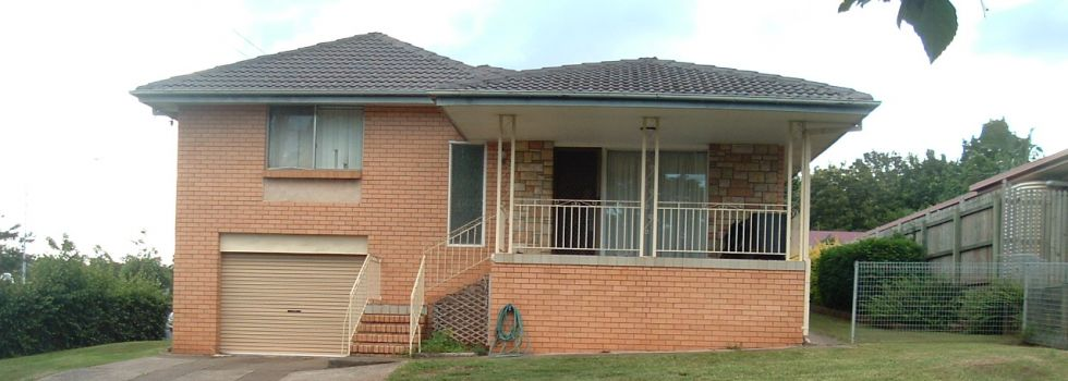 4 BED ROOMS, 2 BATHROOMS, AIR CONDITIONING.