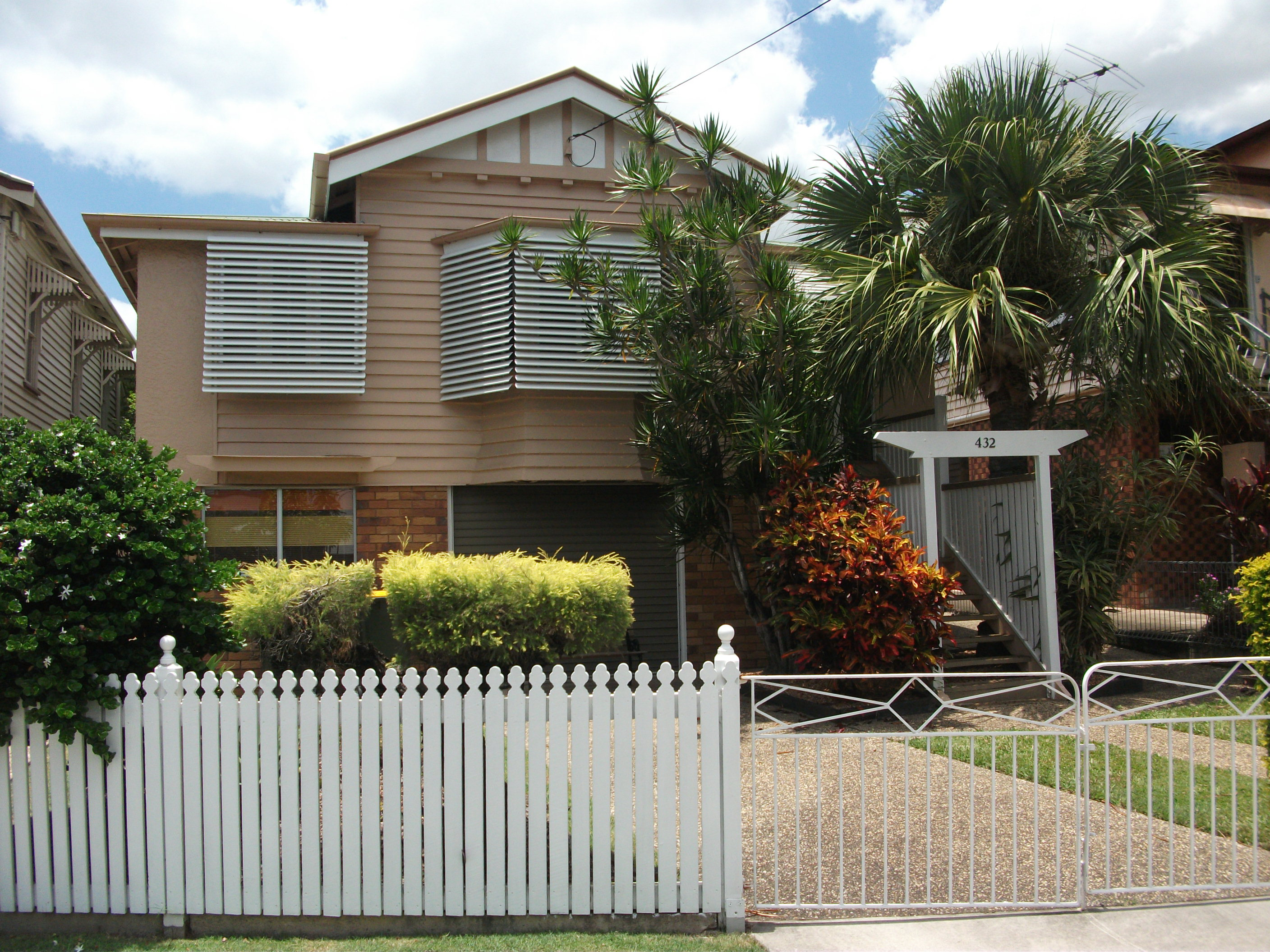 4 BEDROOM HIGHSET QUEENSLANDER. A BEAUTIFULLY MAINTAINED PIECE OF YESTERYEAR.